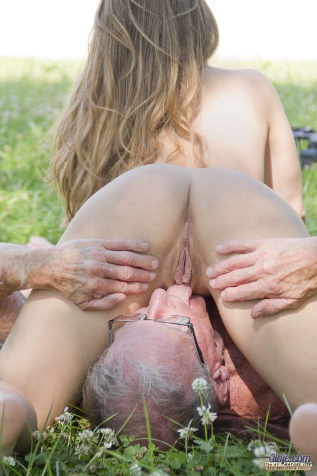Старик пытается удовлетворить миловидную девушку на природе