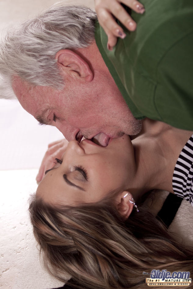 Молоденькая шлюшка развратничает со старым седым мужиком