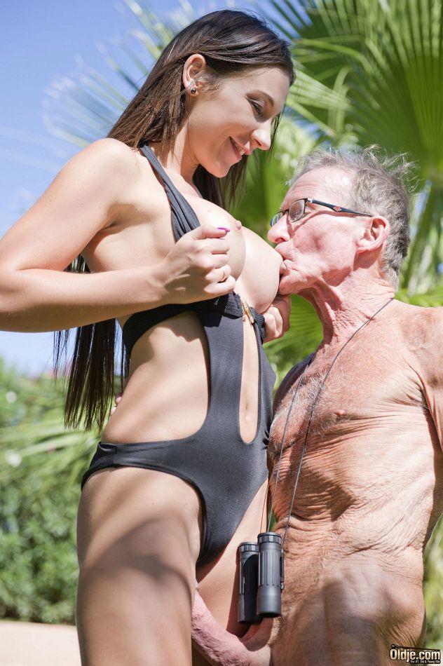 Старик в очках пробует на вкус бритую киску обворожительной девушки