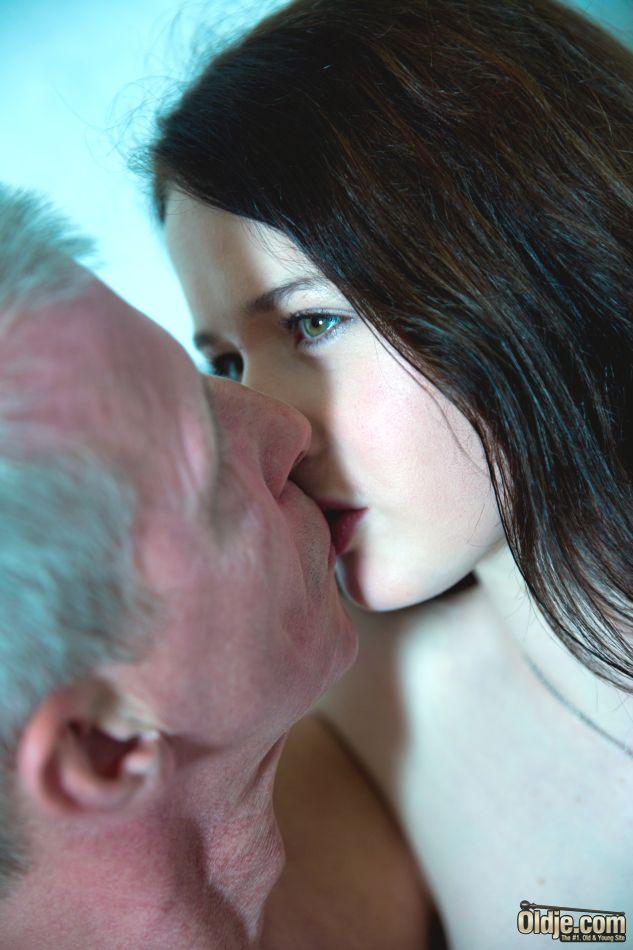 Молоденькой сучке удалось раскрутить на секс состоятельного старика