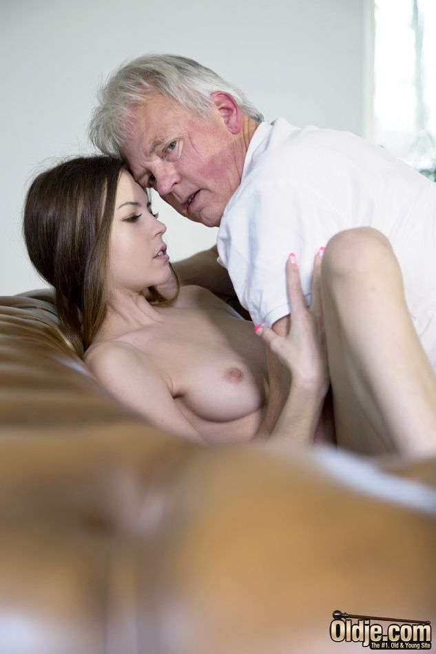 Развратница трахнулась со старым состоятельным дедом