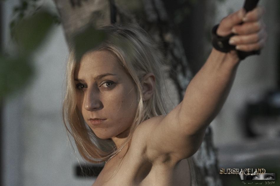 Худенькая блондинка подвергается БДСМ развлечениям на природе