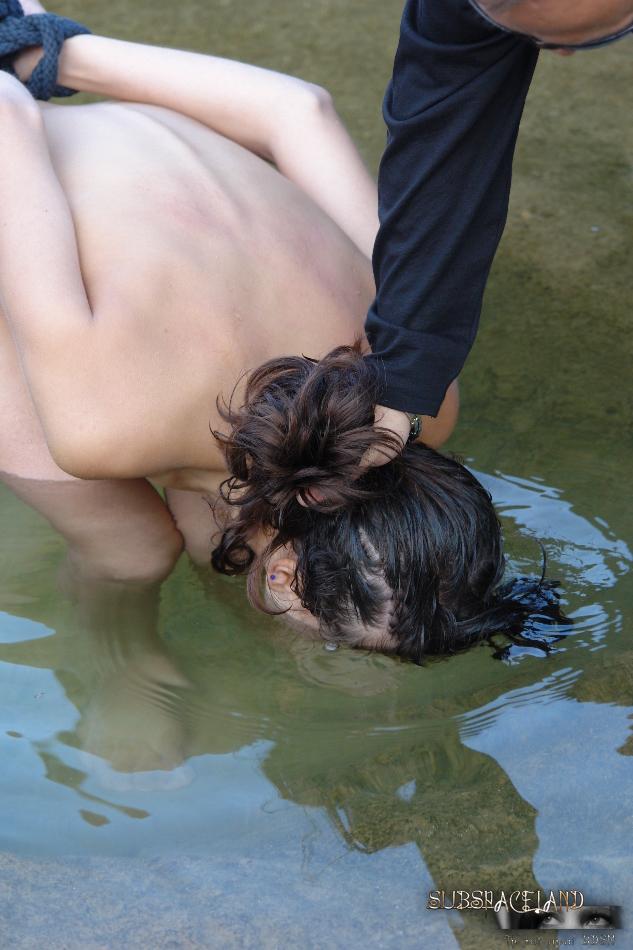 Мужчина жестко обращается с молоденькой обнаженной девушкой