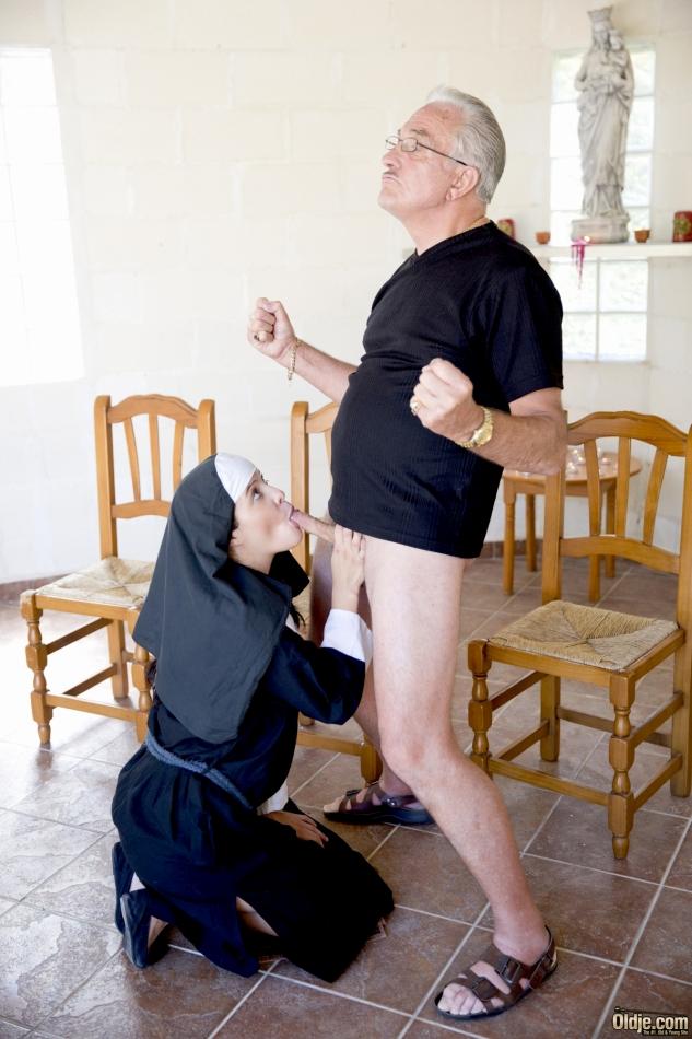 Обворожительная монахиня насаживается выбритой дыркой на член старика