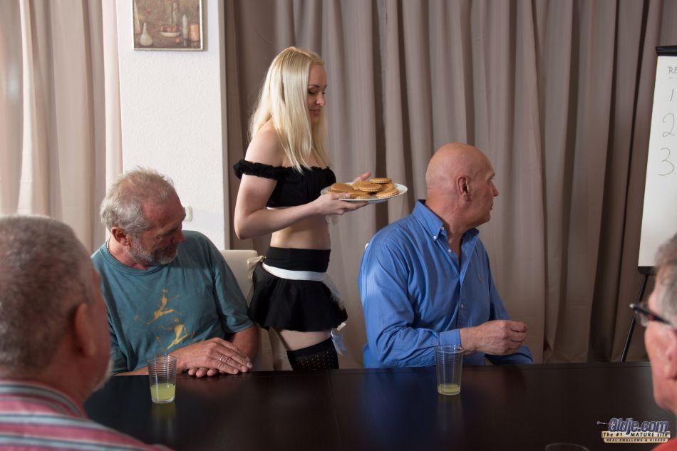 Старые мужики воспользовались услугами молоденькой шлюшки