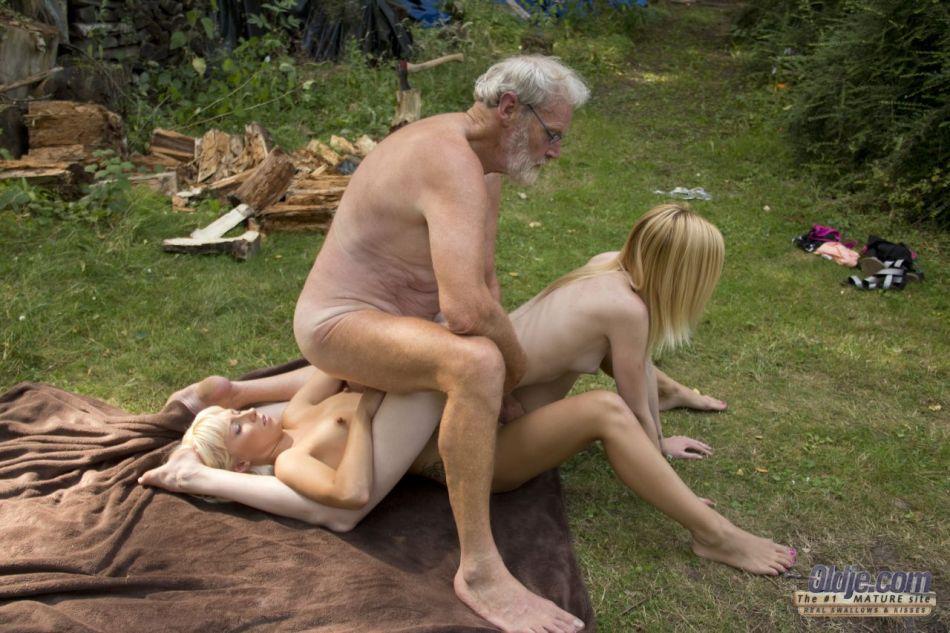 Старику повезло трахнуться с молоденькими блондинками на природе