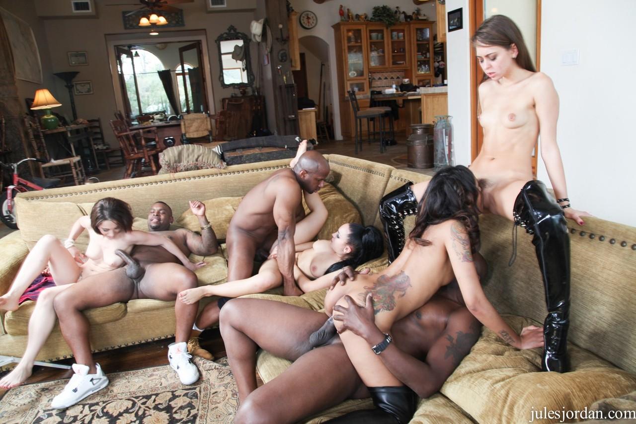 Групповой секс откровенных девушек с темнокожими мужиками