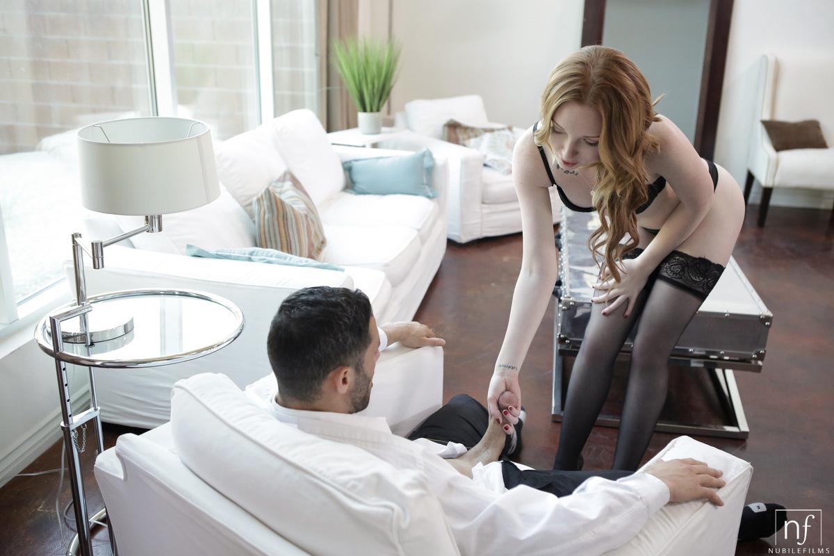 Возбудились и занялись страстным вагинальным сексом на диване
