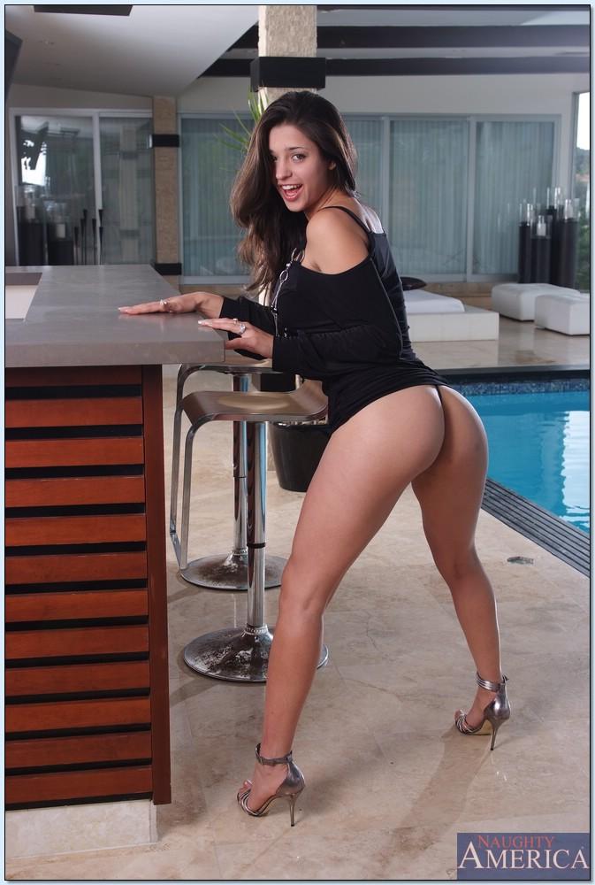 Сексуальная латиноамериканская девушка хвастается шикарной грудью