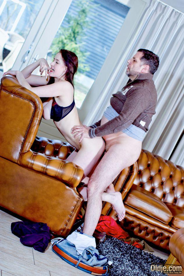 Мужчина наяривает молоденькую красотку и лапает ее за грудь