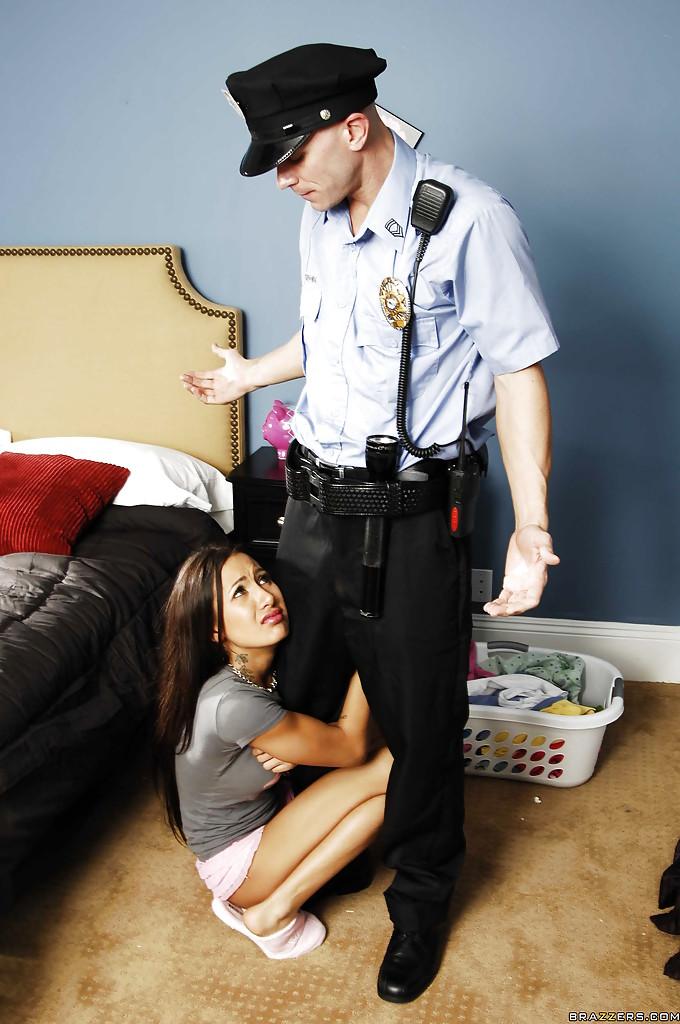 Полицейский Джонни Синс наяривает молоденькую брюнетку в киску