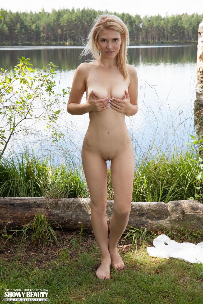 Стройная куколка нежно трогает упругие сиськи на природе