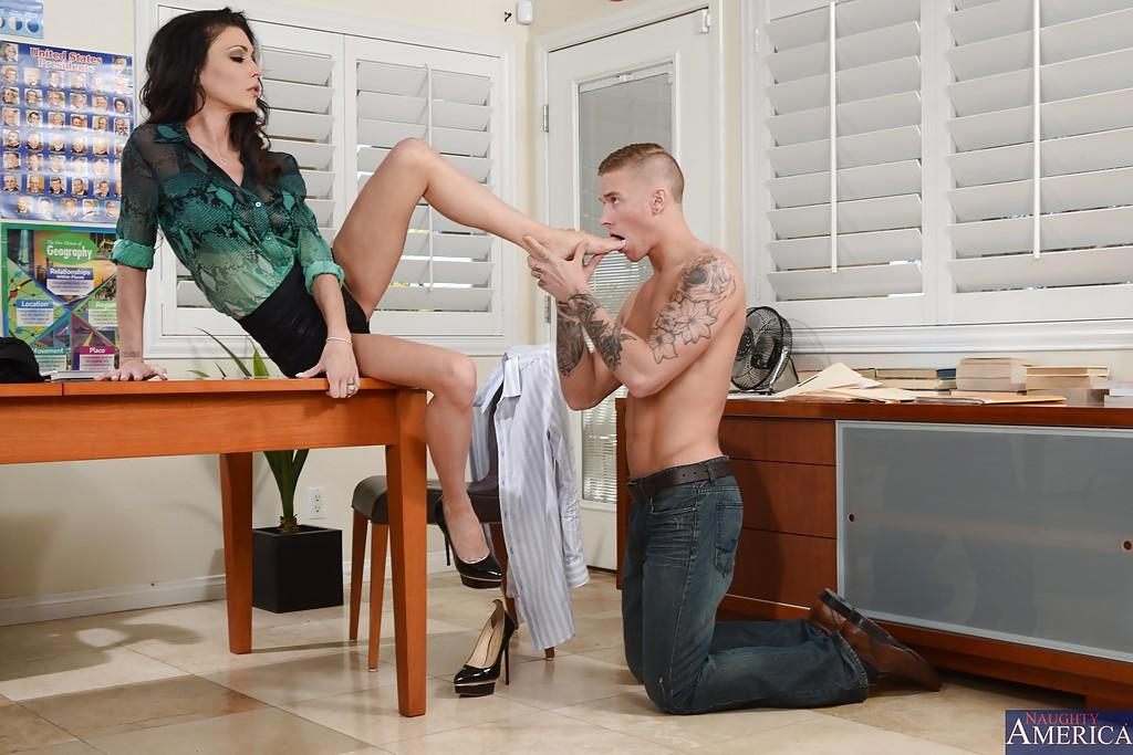 Молодой парень облизывает стройные ножки зрелой развратницы