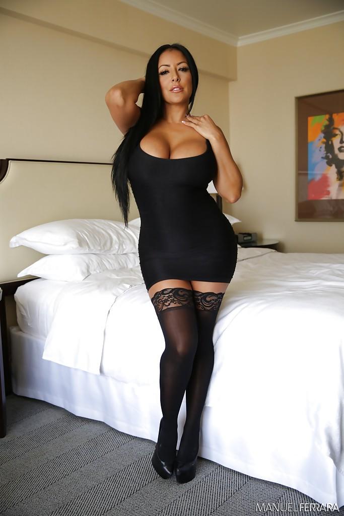 Эффектная и элегантная мамка в коротком платье и в черных чулках