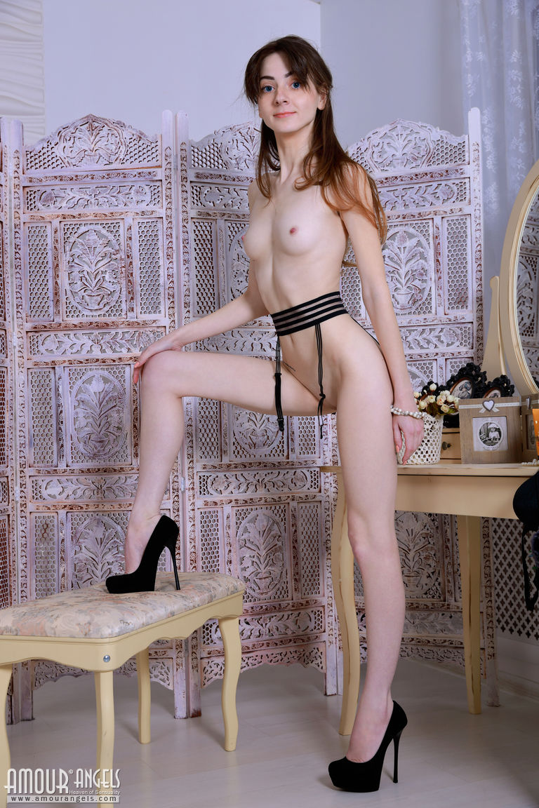 Худенькая тёлка сидит на стуле и демонстрирует вагину