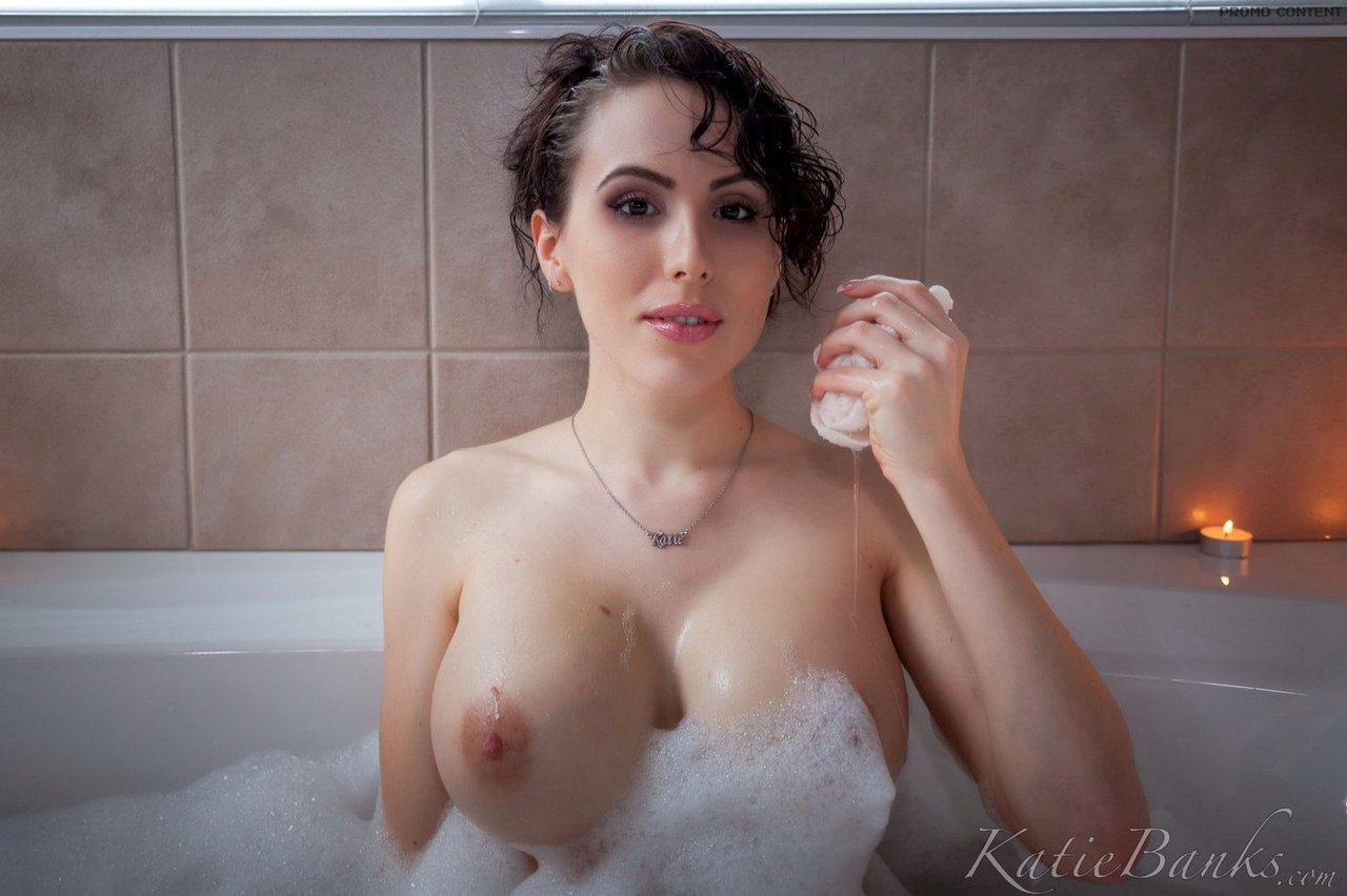 Великолепная брюнетка с большой грудью Katie Banks нежится в ванной