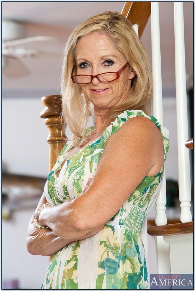 Гибкая старушка в очках привлекает к себе внимание