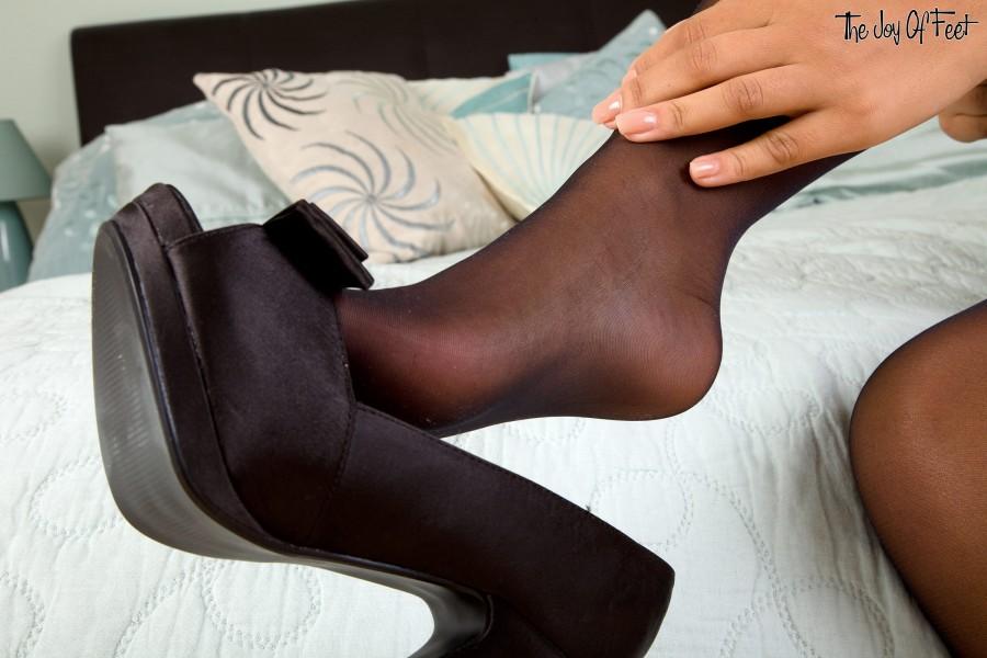 Симпатичная девушка дрочит ножками большой резиновый член