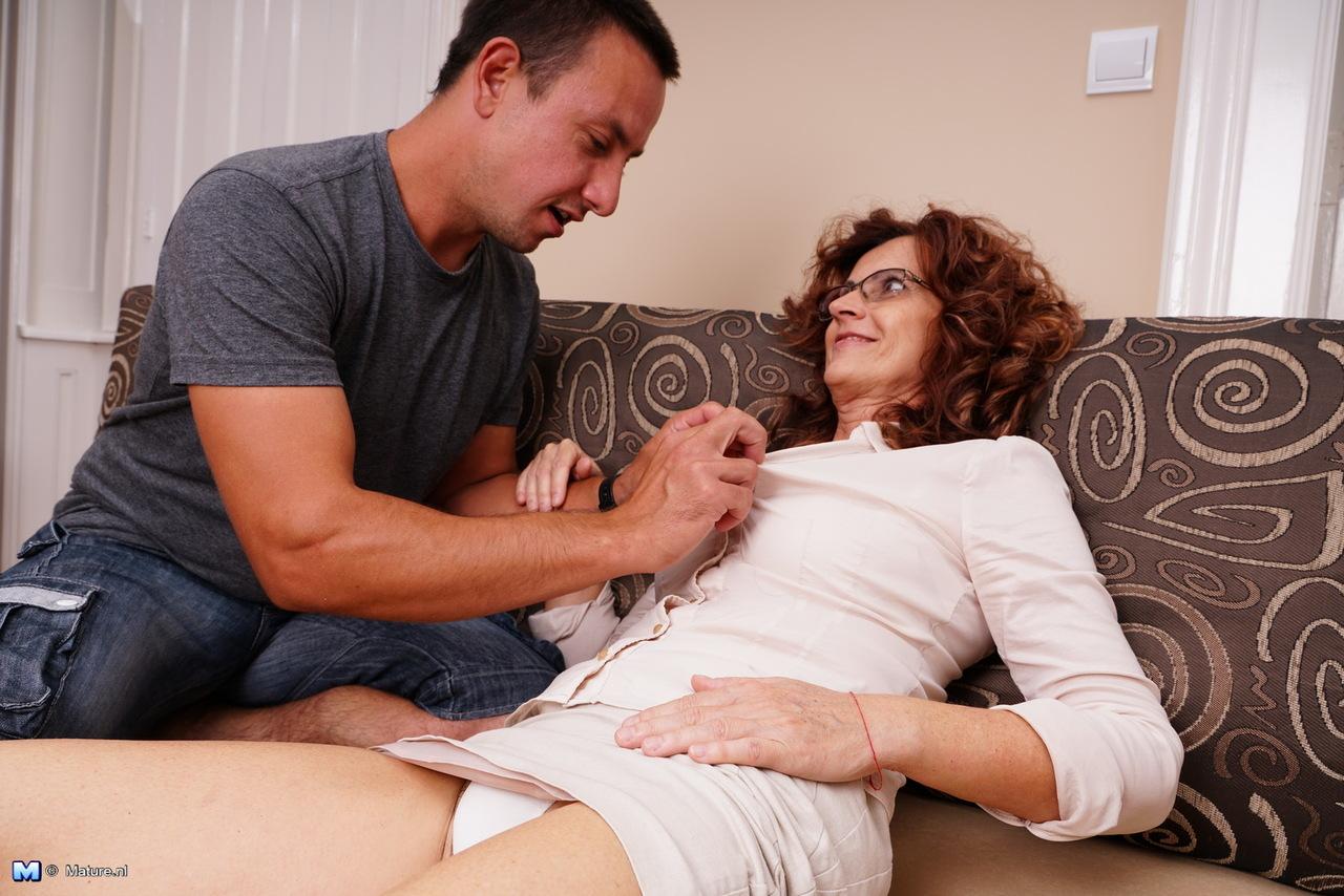 Парень поставил раком зрелую бабу и оприходовал во влагалище