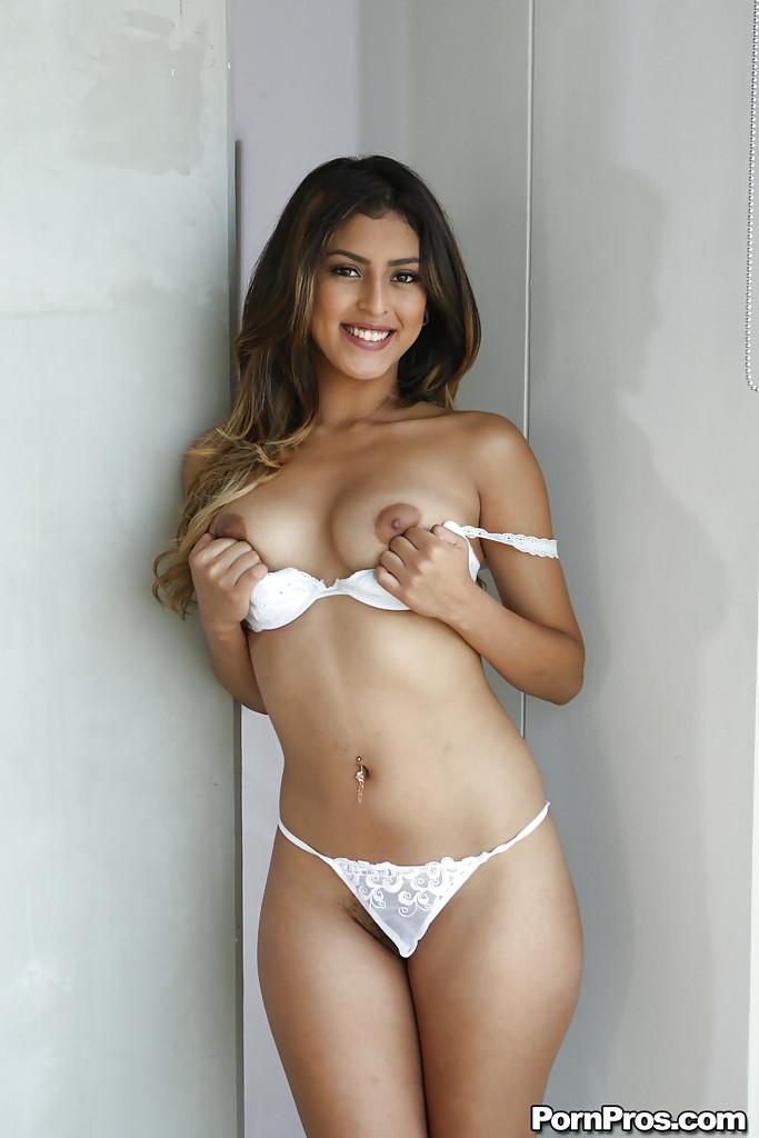 Смазливая молодушка в сексуальном нижнем белье белого цвета