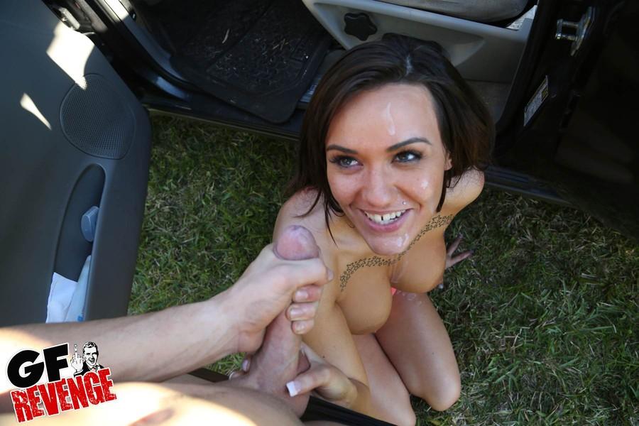 Поимел сучку с большими упругими сиськами в автомобиле