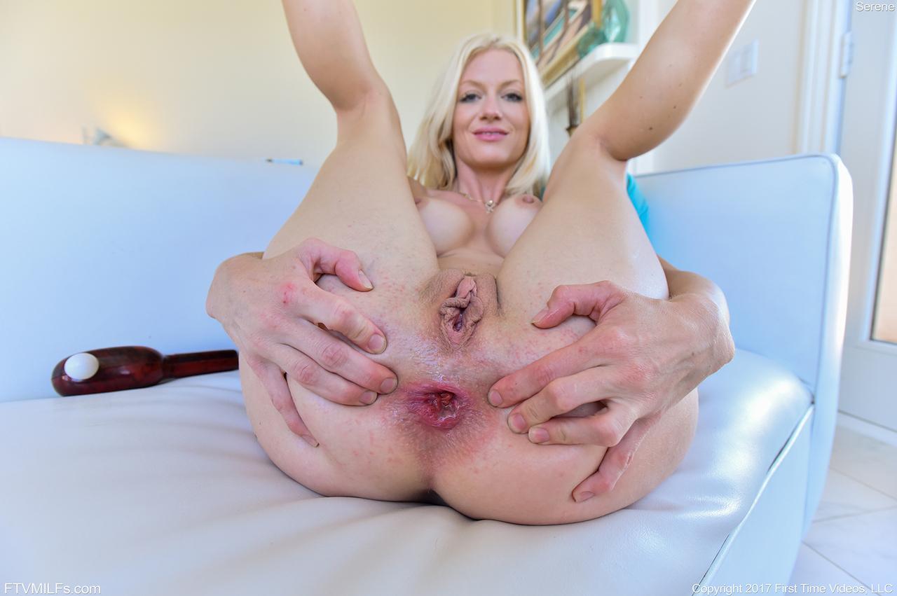 Блондинка в возрасте демонстрирует разработанную анальную дырку