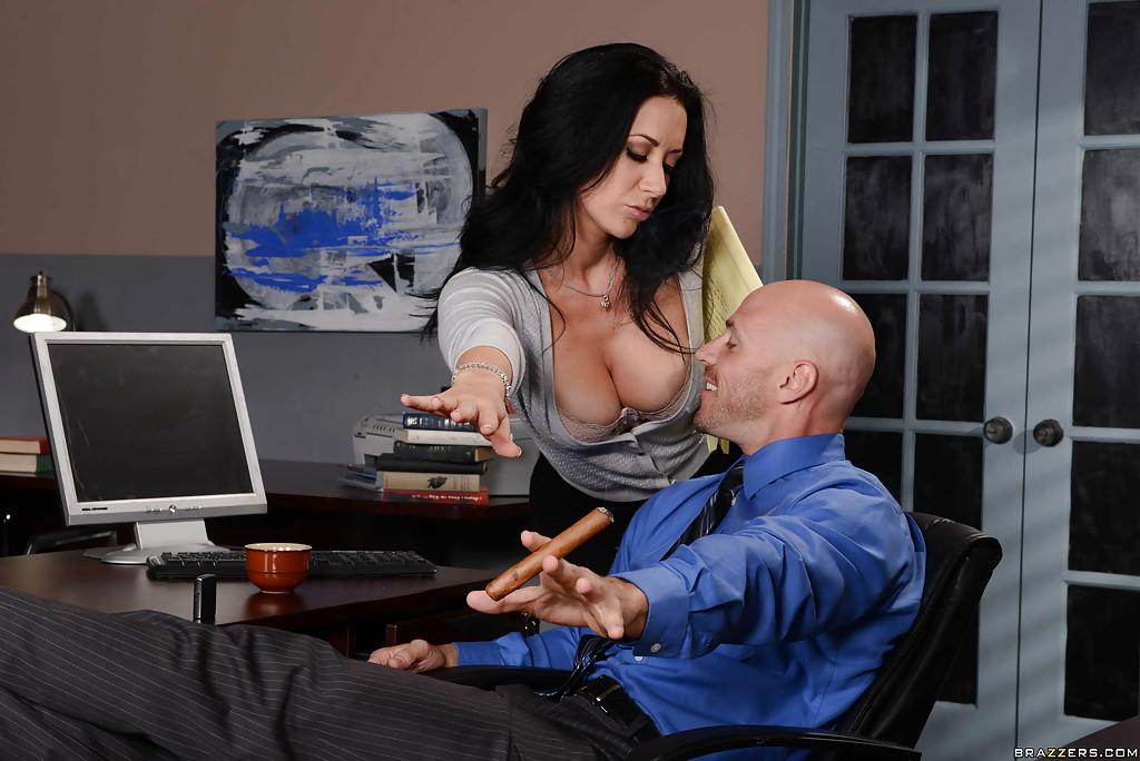Лысый начальник вылизывает промежность сексуальной помощницы