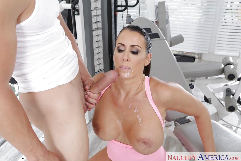 Мамка с силиконовой грудью отсасывает пенис молодого чувака
