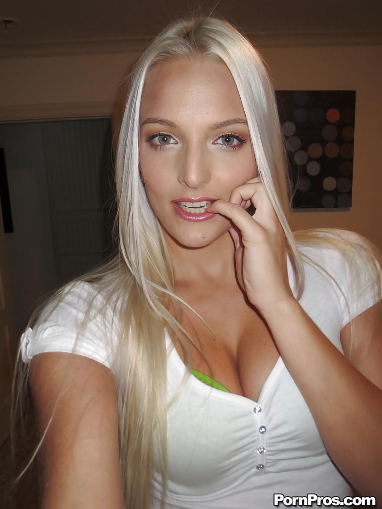 Миловидная блондинка делает селфи в домашней обстановке