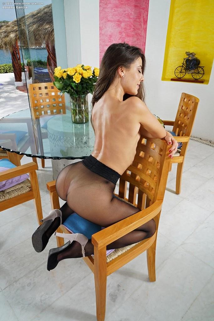 Изумительная брюнетка в сексуальных черных колготках
