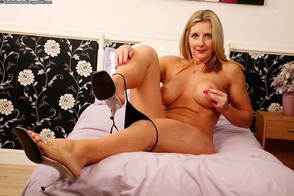 Горячая и страстная мамаша засовывает секс игрушку во влагалище
