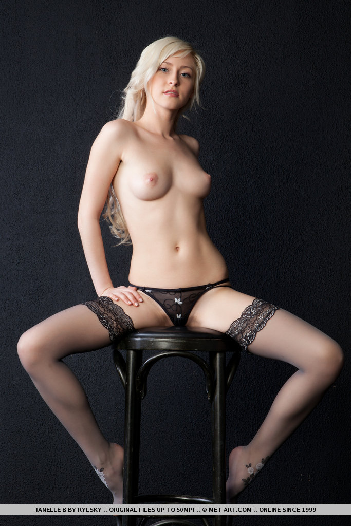 Великолепная блондинка в черных чулках и ее сладенькие дырочки