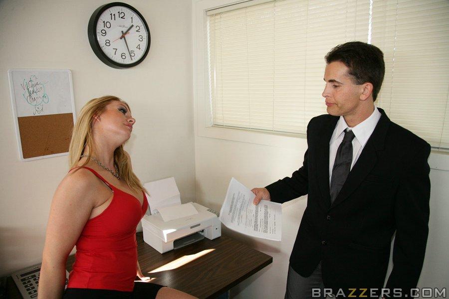 Светловолосые потаскушки удовлетворили сотрудника в офисе