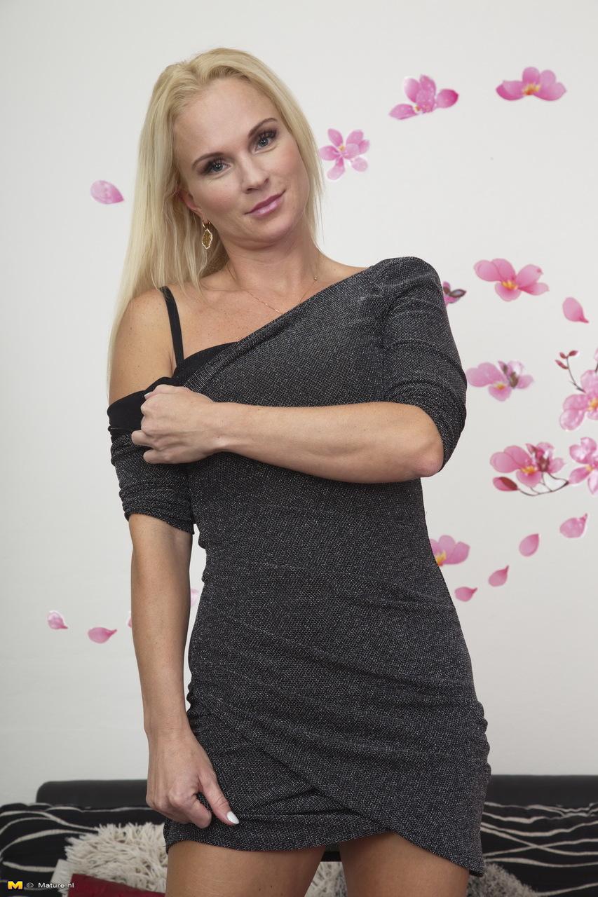 Жаркая светловолосая мамка в сексуальном нижнем белье черного цвета