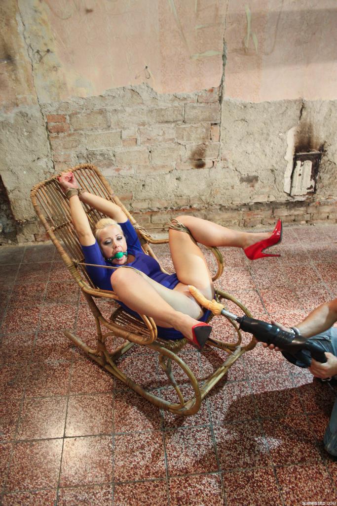 Крепко связанную блондинку трахает секс машина между ног