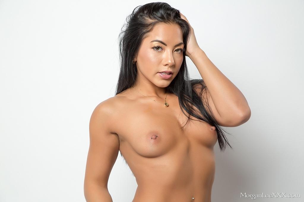 Возбуждающее соло обнаженной азиатской модели