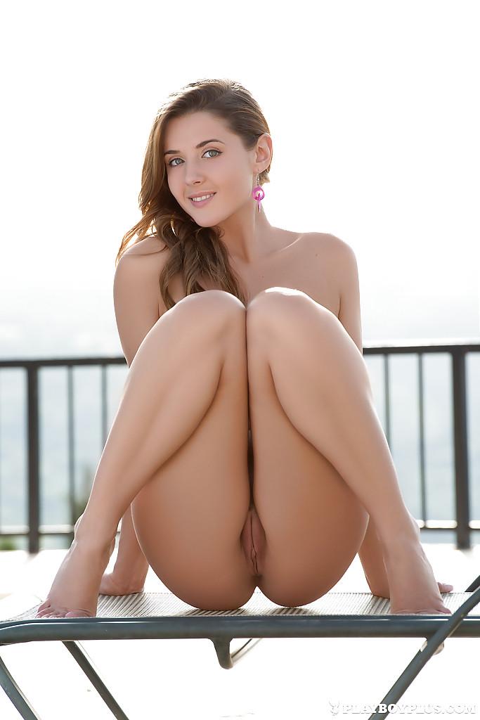 Сексапильная молодка с красивым телом умело позирует