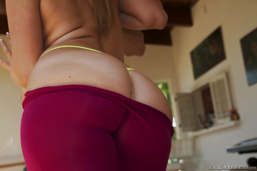 Девица показывает маленькие сиськи и большую задницу