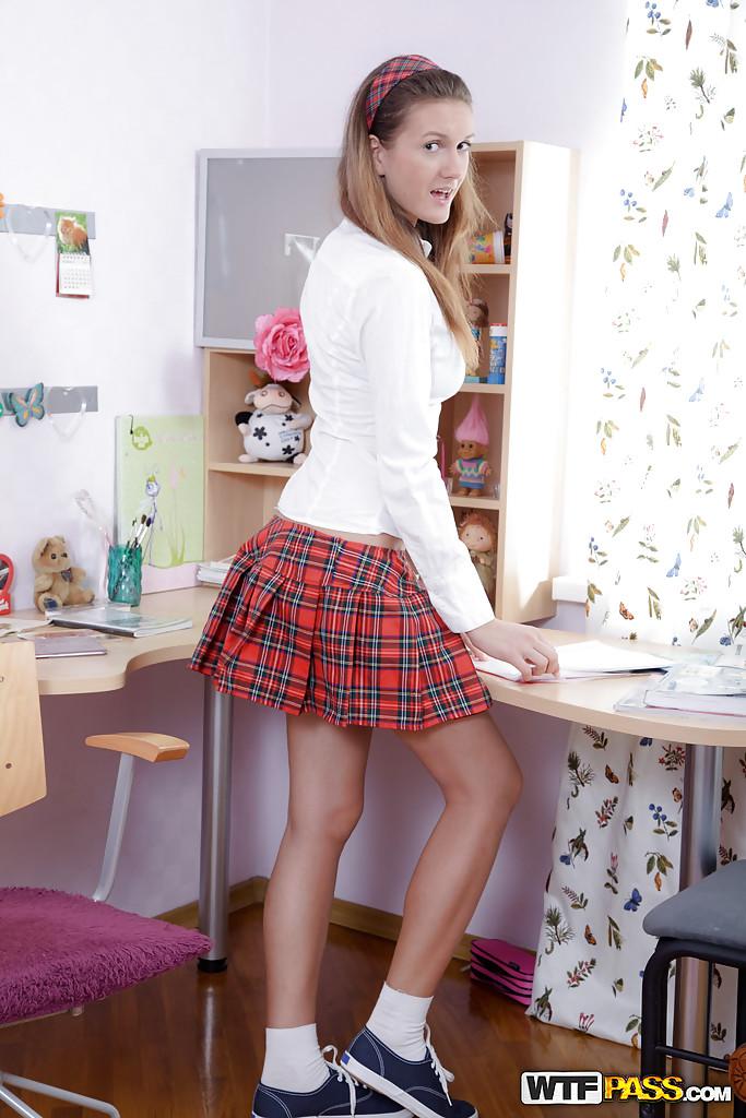 Смазливая студентка сует небольшую секс игрушку в попочку