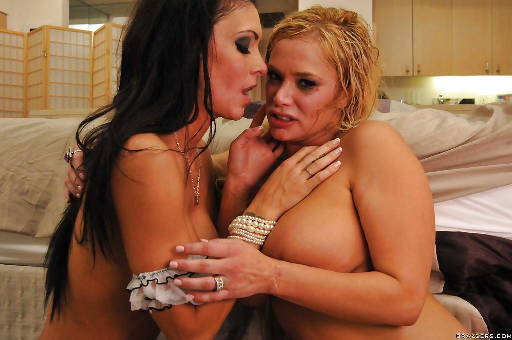 Брюнетка и блондинка наслаждаются крепким половым членом