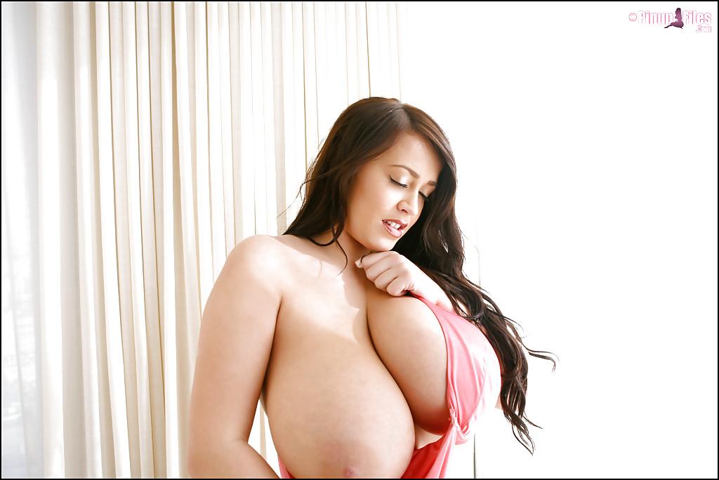Привлекательная брюнетка хвастается огромными дойками