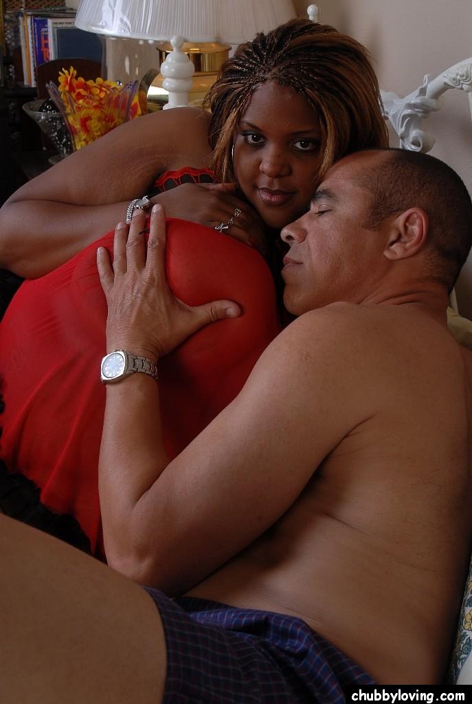 Мужчина с трудом трахает жирную темнокожую женщину