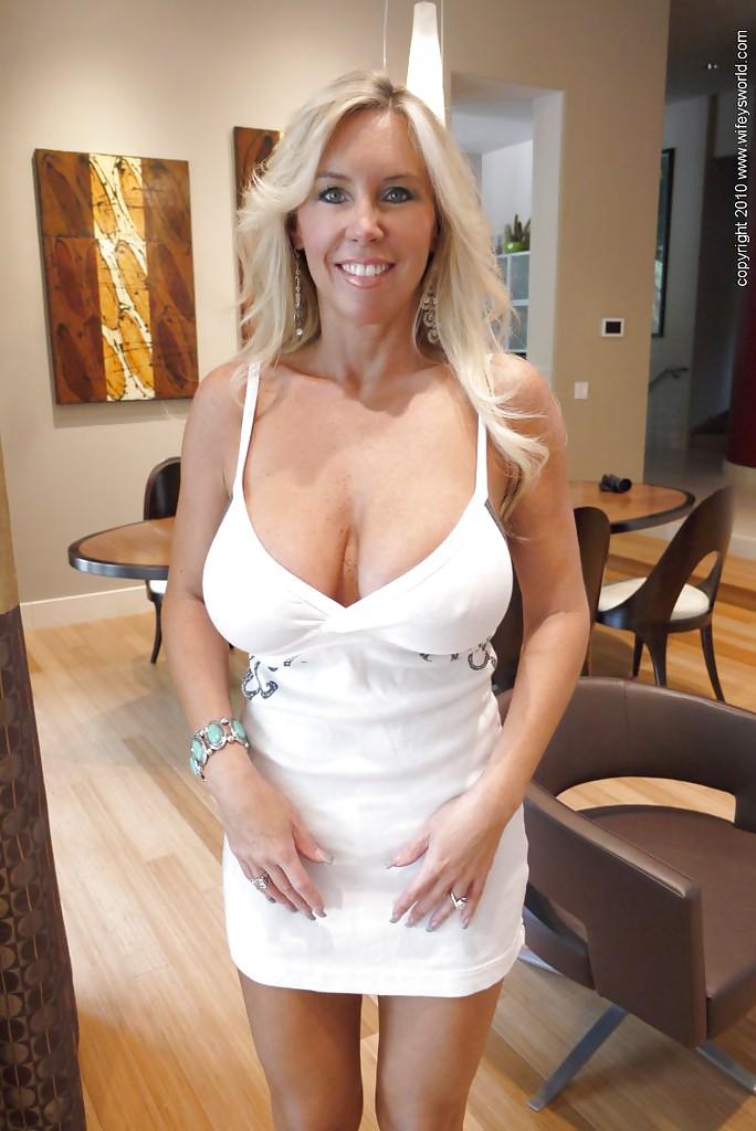 Домашние фотографии белокурой женщины с огромными сиськами