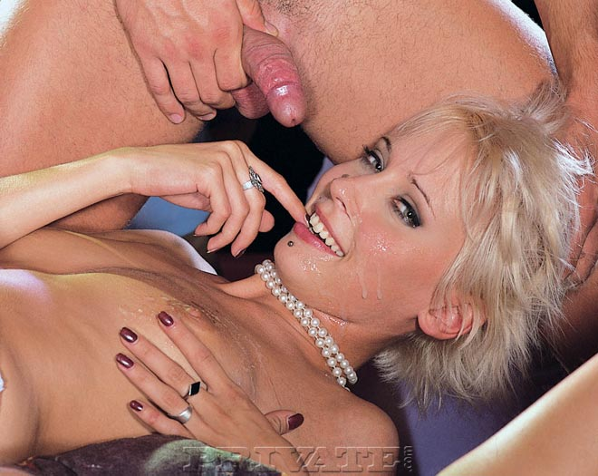 Откровенные девушки получают густую и горячую сперму на лицо