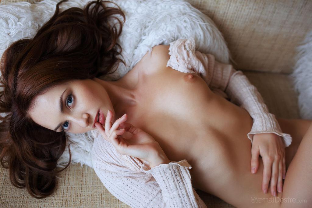Гладко выбритая киска темноволосой девушки крупным планом