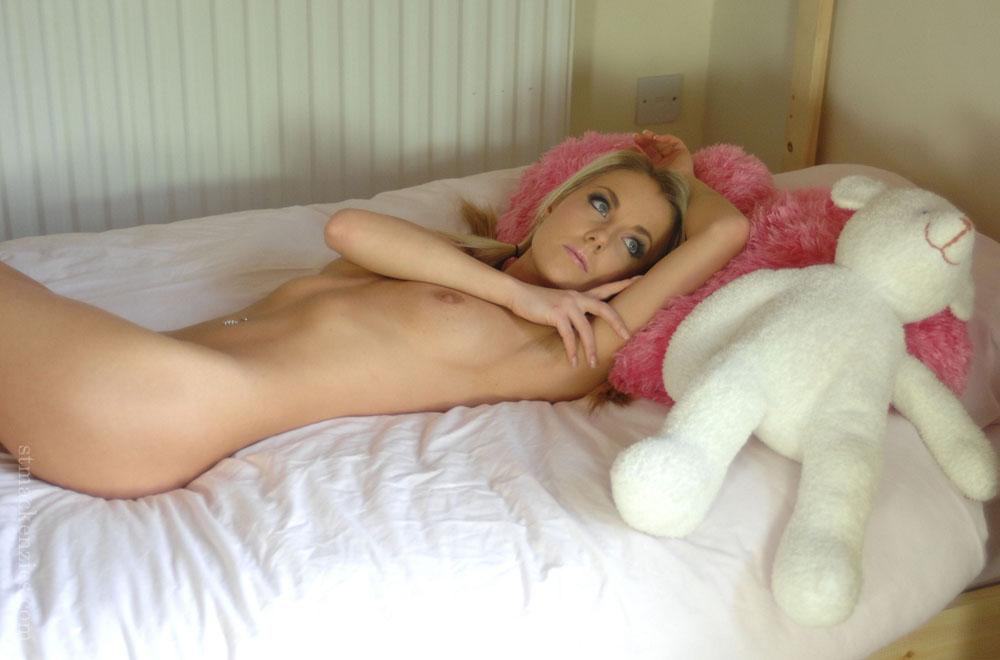 Очаровательная спортивная блондинка позирует в общежитии