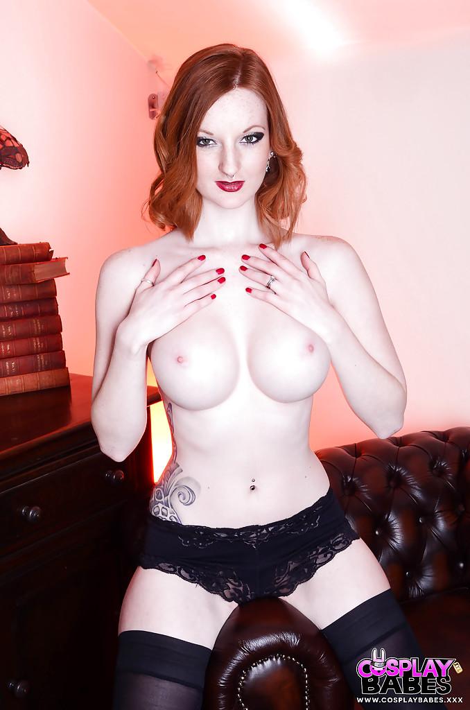 Рыжеволосая девица в обтягивающем сексуальном наряде