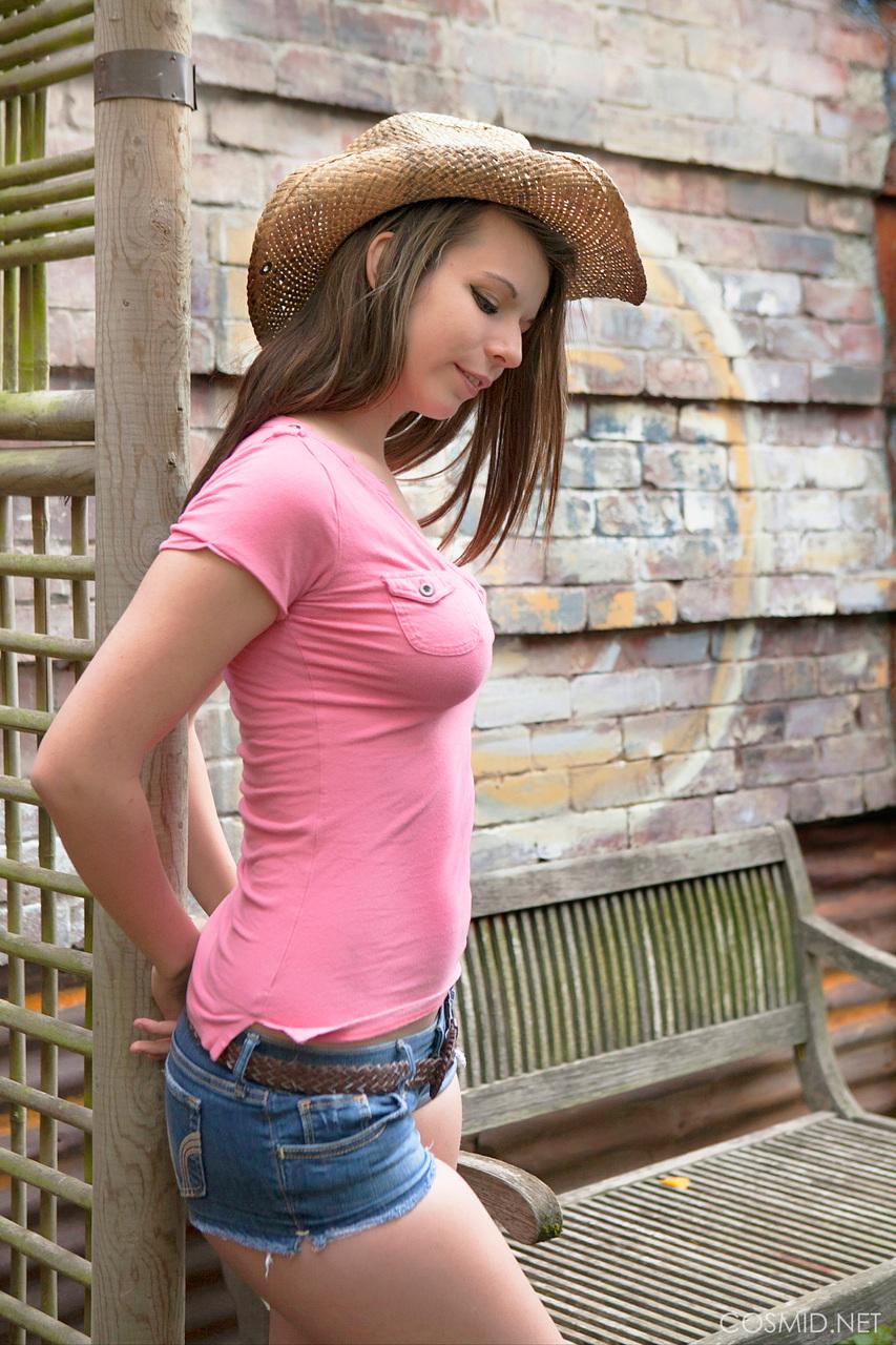 Молодая девушка в шляпе вывалила большую грудь