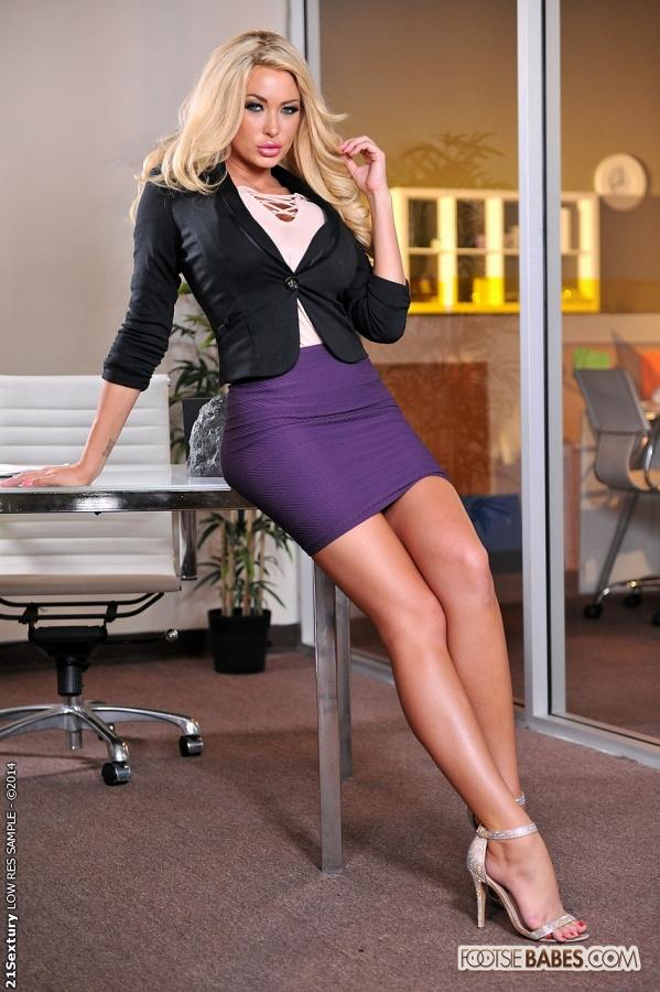 Фут фетиш и трах светловолосой красавицы в офисе после работы