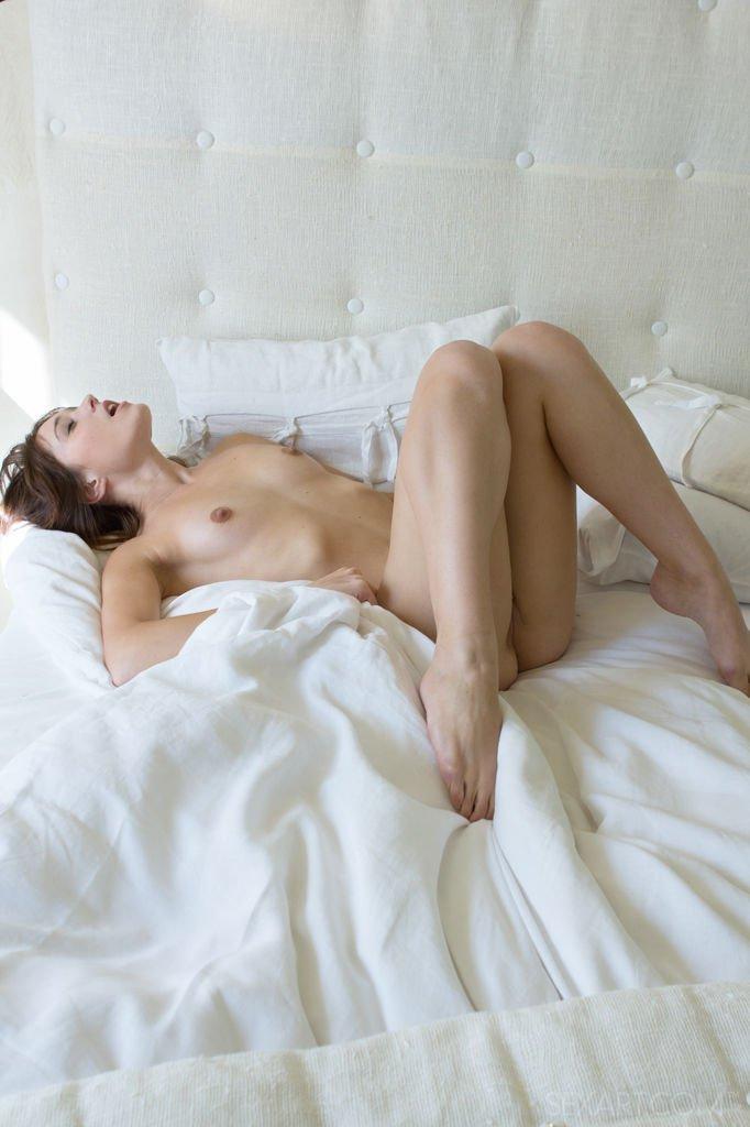 Женственная молодушка нежно стонет во время мастурбации